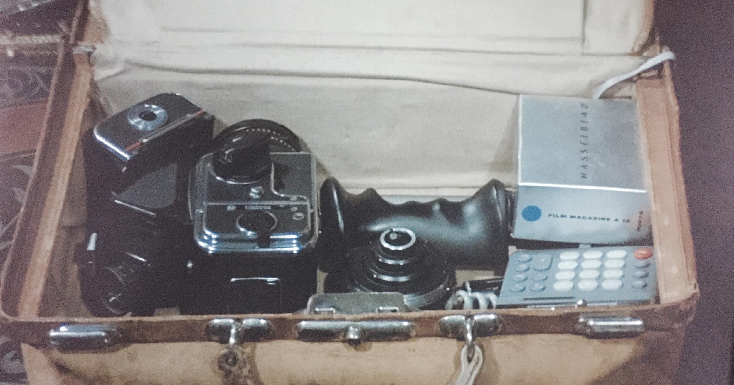 W pełnej klasie Hasselblad 500 C/M z kasetą A12 (6x6), pryzmatem 45', standardowym obiektywem 80mm