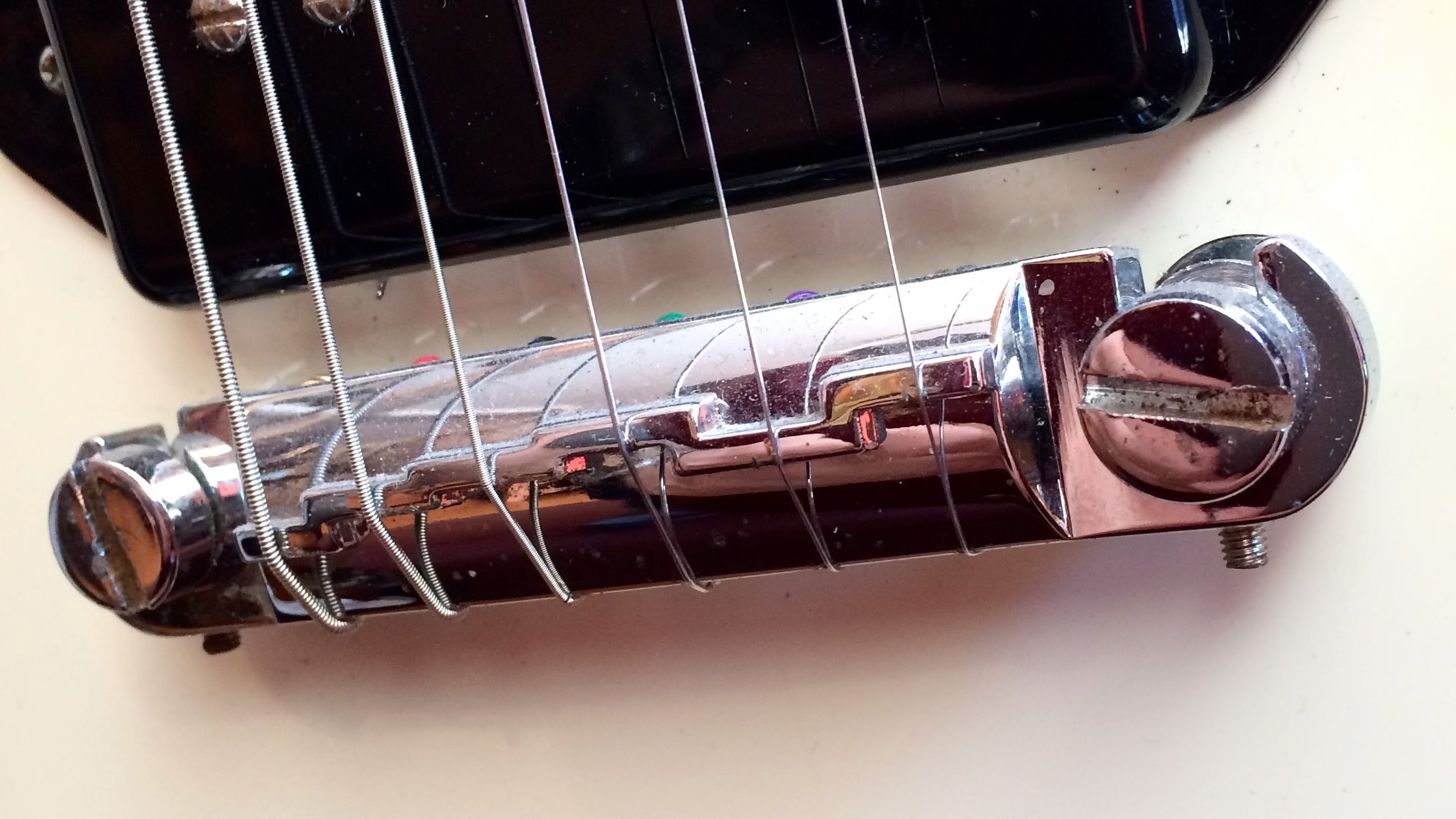 'Gibson-style' pre-intonated bridge
