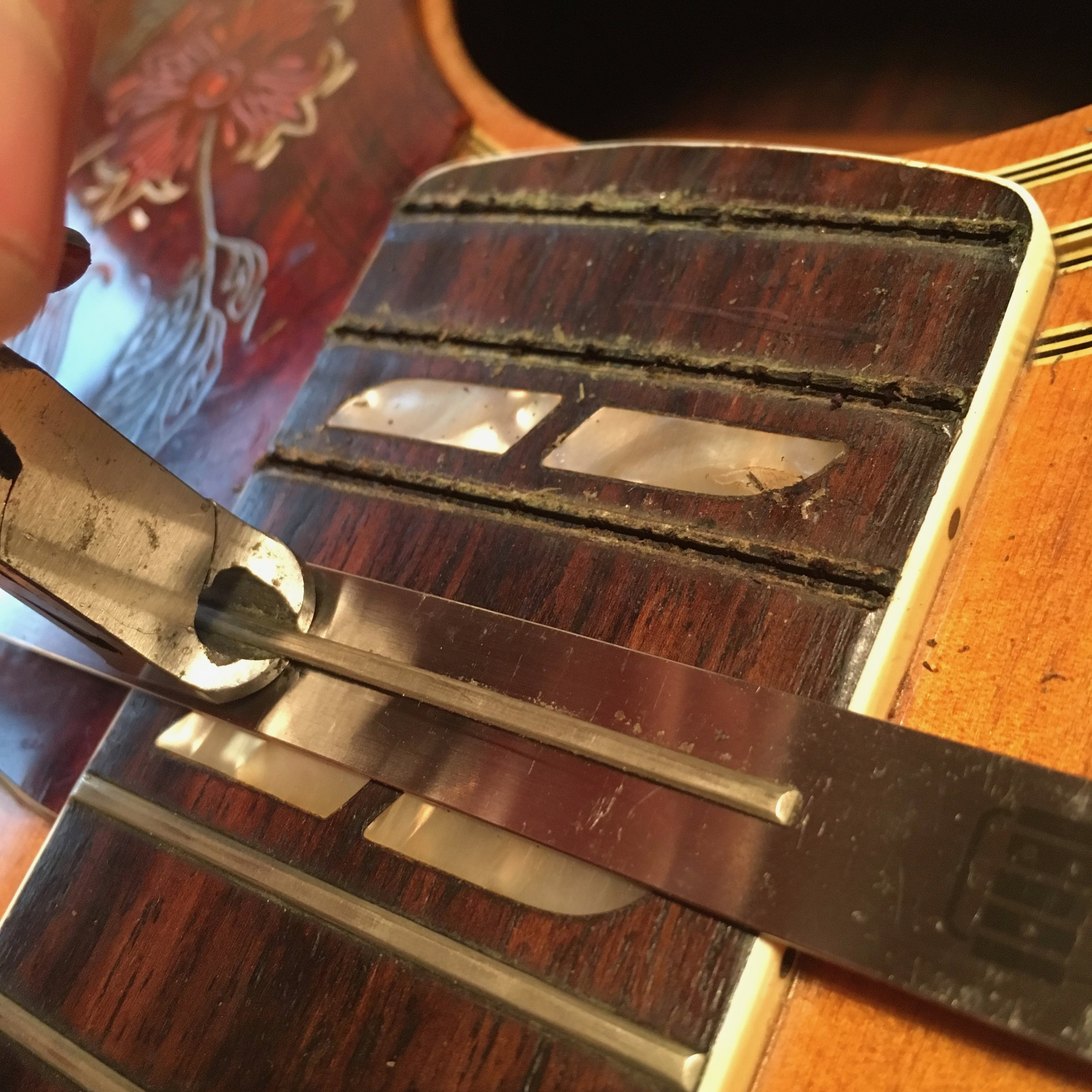Fret removal with a chip stopper