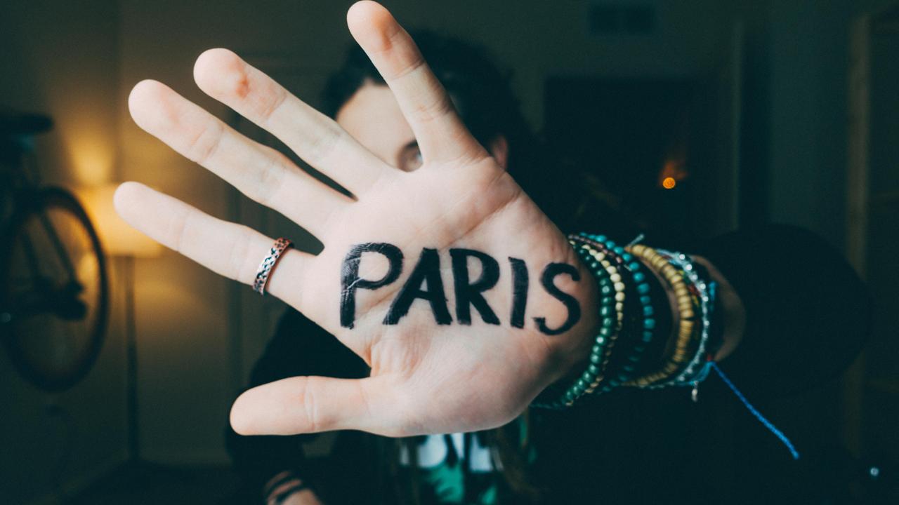 Paris_Hand