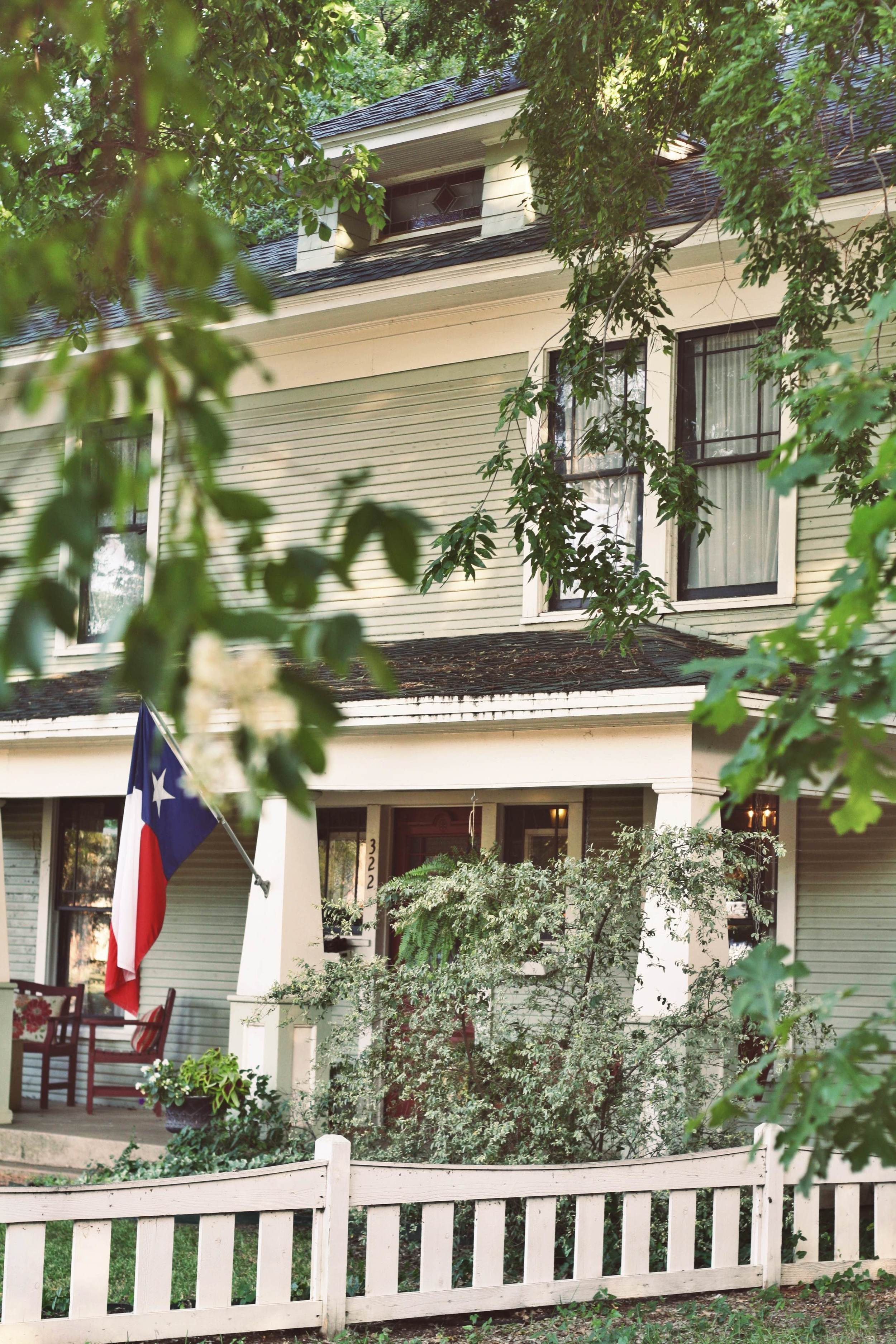 We headed into Kevin Roden's perfectly historic house for a living room show.