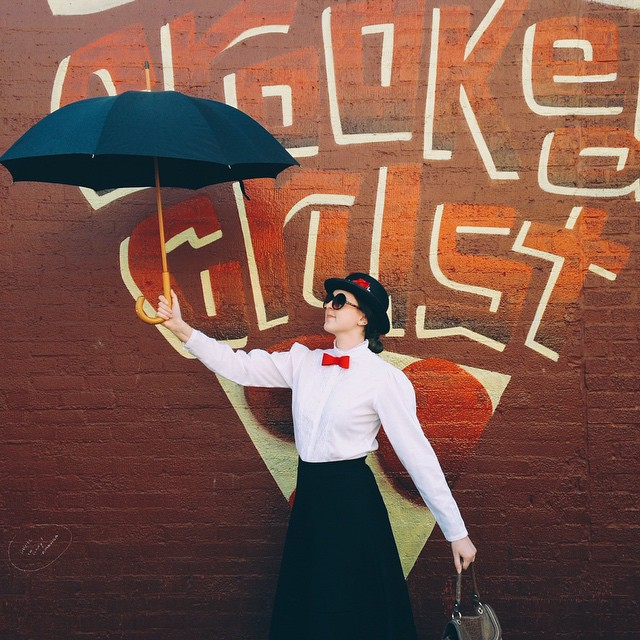 Mary Poppins loves herself some 'za, y'all.