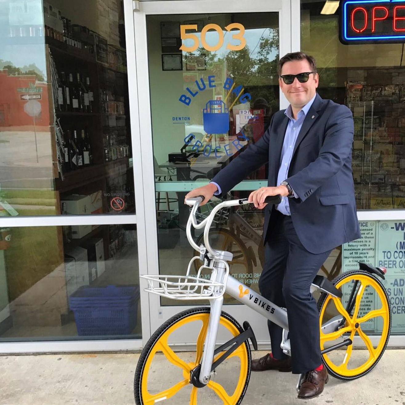@glenfarris with a toothless grin with a @vbikestech bike. Glen, I think we need actual video of you riding in a suit.