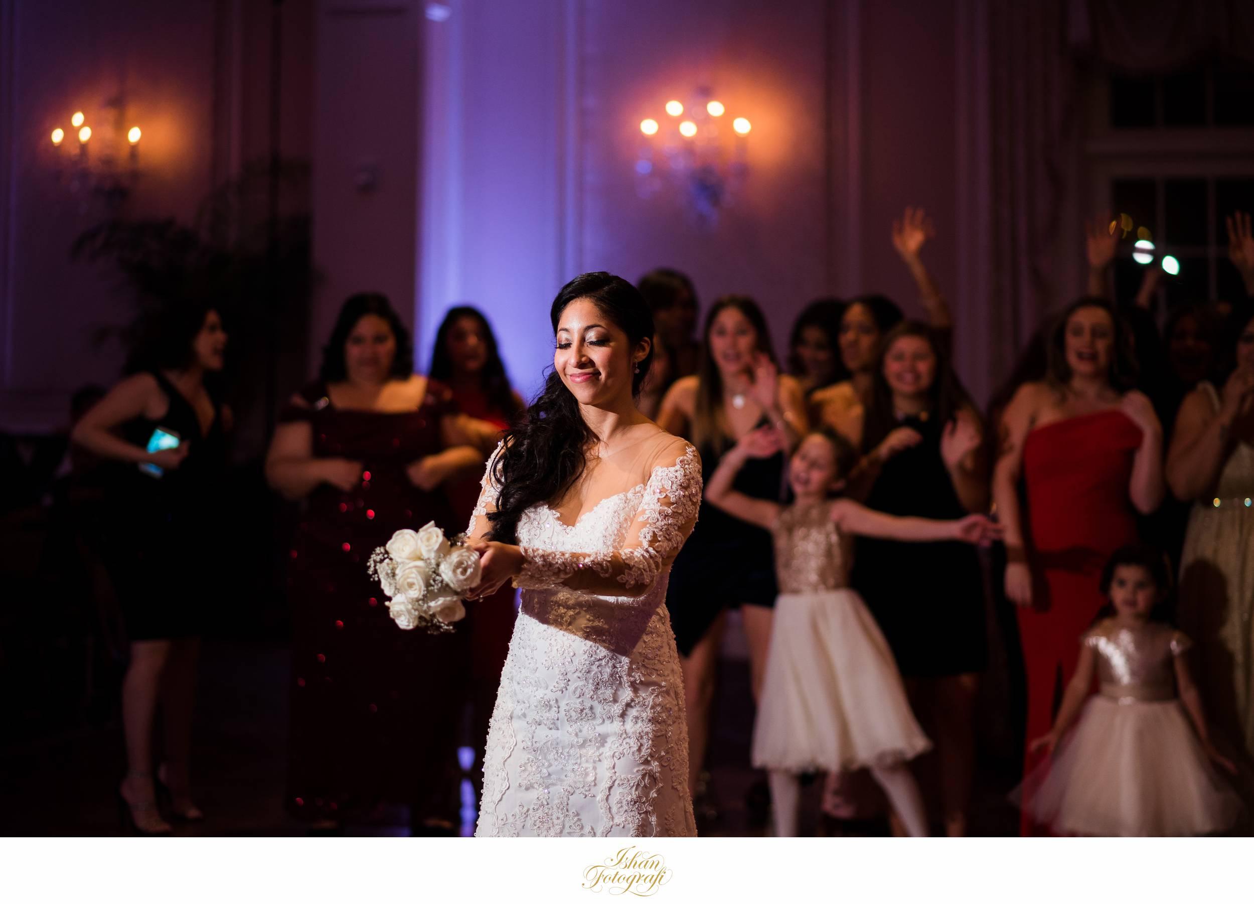 wedding-bouquet-toss-meadow-wood-manor