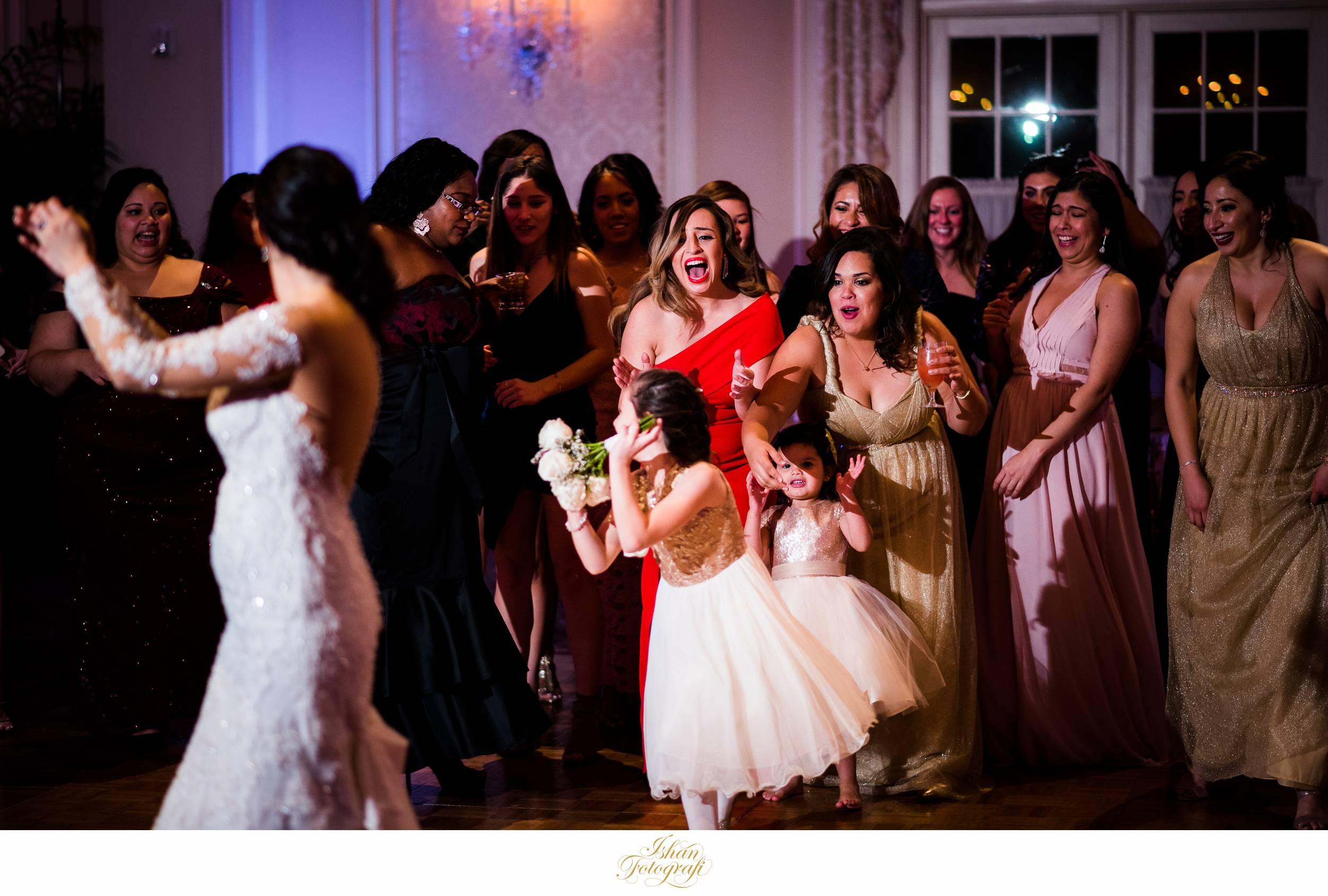 wedding-bouquet-toss-meadow-wood-manor-randolph-nj