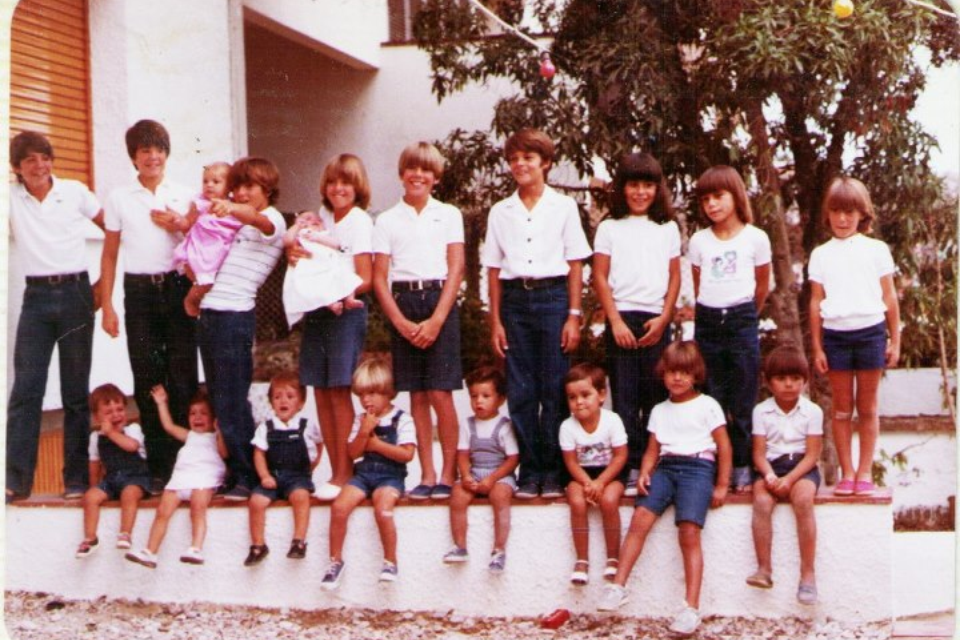 (Foto amb els cosins. Jo sóc la del vestit rosa) (Whit my cousins. I'm the one with the pink dress.)