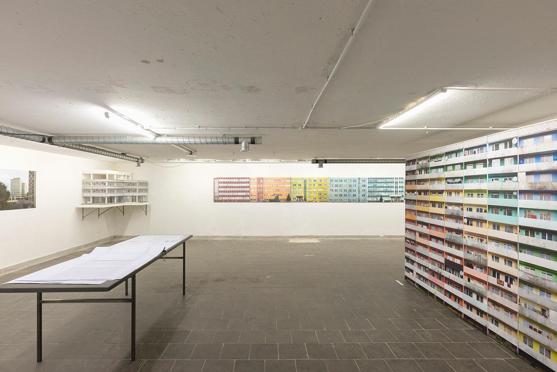 Die Ausstellung bringt den Künstler Nicolas Grospierre mit den Architekten Fthenakis Ropee in einen Dialog über ihre Auseinandersetzung mit den Bauten der Moderne.  >>>>