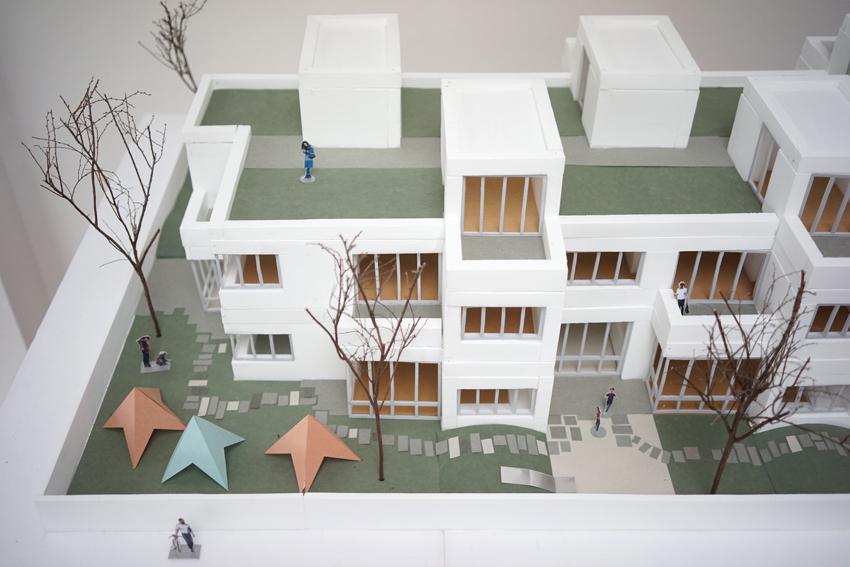 """Auf ehemaligen Gewerbeflächen in Moosburg an der Isar soll eine neue Wohnüberbauung entstehen. Für diese wird eine Kindertagesstätte mit 5 Gruppen und 6 zweigeschossigen, darüberliegenden Wohneinheiten geplant. Die Struktur des Gebäudes ist geprägt von der lockeren Anordnung der Gruppenräume und den fließenden Räumen der """"Piazza"""".  >>>>"""