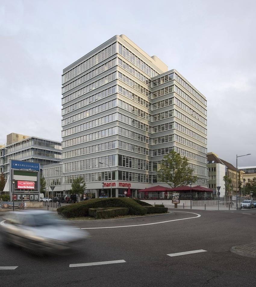 Das 1972 errichtete Hochhaus der Ärztekammer des Saarlandes ist durch seine markante Statur und Silhouette ein weithin sichtbares Landmark in der vom Wiederaufbau geprägten Innenstadt Saarbrückens. Im Ensemble Kongressplatz spielt es als vertikales Gegenstück des flachen Kongresshauses eine vorrangige städtebauliche Rolle.  >>>>