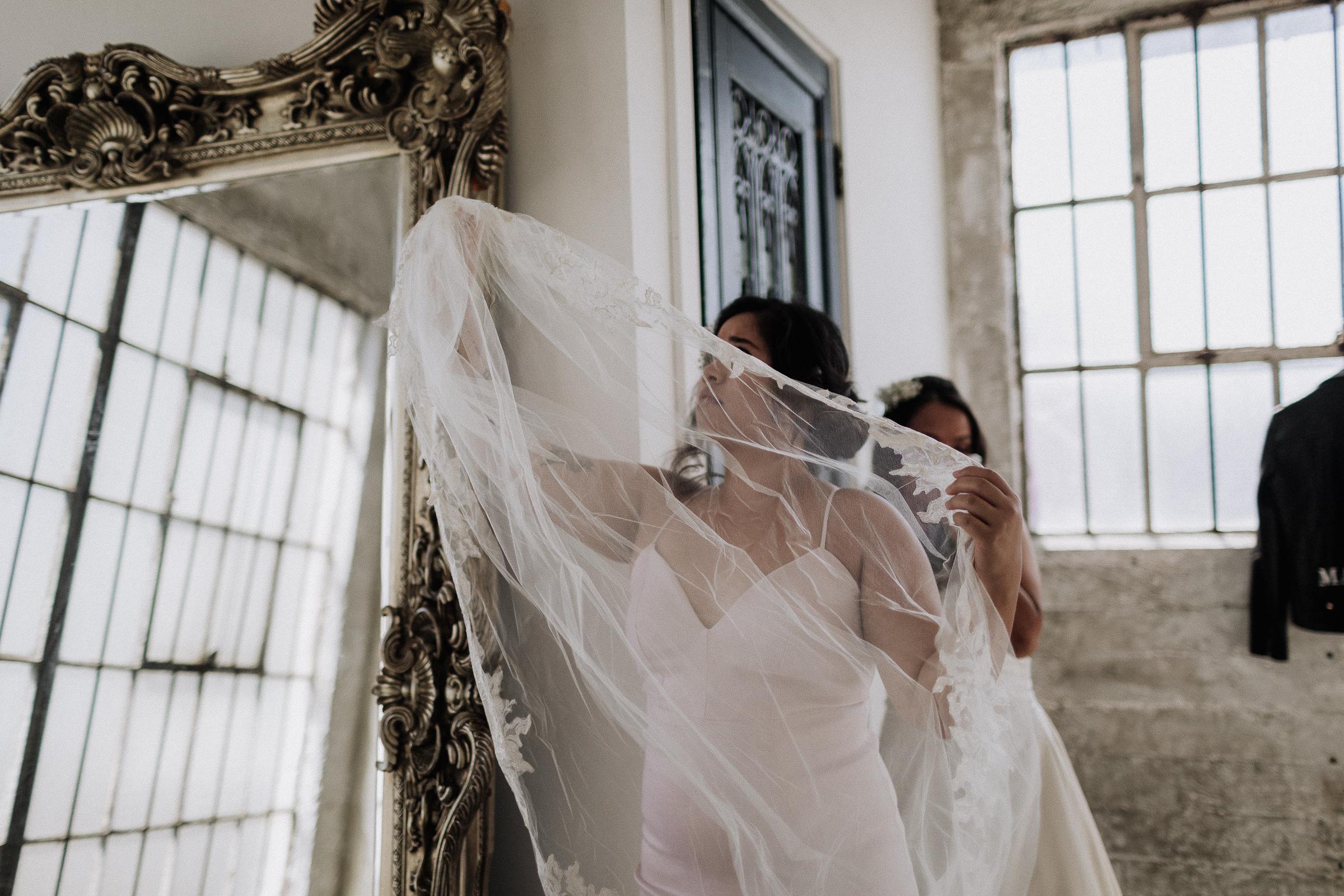 Gretchen Gause Photography | Los Angeles Hudson Loft Wedding #hudsonloft #laweddingphotographer #DTLA #weddingplanning #romanticwedding #rooftopwedding #weddingphotography #weddingdress #veils