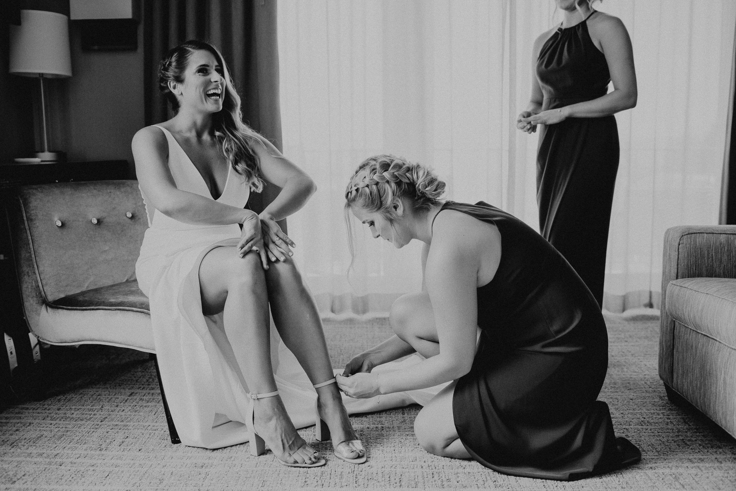 Oakland Museum of California Wedding #fallwedding #modernwedding #minimalswedding #BayAreaWeddingPhotographer #weddingprep #weddingday #bridesmaid