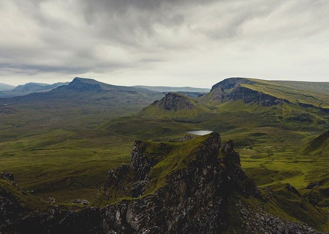 A nice walk at the Quiraing with a small rise to 400ish meters. 7km took us around 2h 45min with a couple of breaks where I took some photos. We tried to time it with the sunset, but the clouds took over. If you go up there.. its Midge season and those little bast*rds are everywhere! Was almost impossible to stand still more than 2minutes. Sadly it ruined a lot. You cant sit and enjoy the view. The good thing about taking a late walk is that you have the whole area almost to yourself! #quiraing #hiking_daily #visitscotland #djimavicpro2 #travelphotography #landscapephotograpy