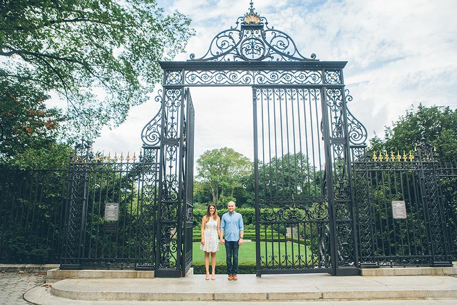 CASEY-ERIC-NYC-CENTRAL-PARK-CONSERVATORY-GARDENS-ENGAGEMENT-SESSION-CYNTHIACHUNG-0001.jpg