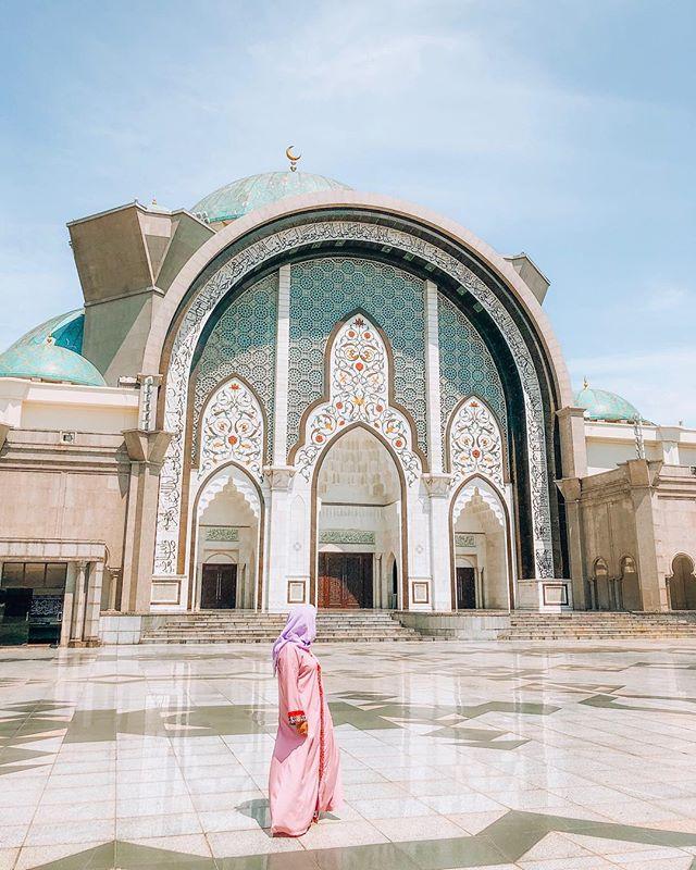 My new kind of OOTD and how breathtaking is this mosque? ⠀ ⠀ Have a wonderful friday lovelies! ⠀ ⠀ ::⠀ ::⠀ ::⠀ ::⠀ ::⠀ ::⠀ #exploreasia #wanderlust #neverstopexploring #getoutstayout #instatravel #makemoments #wearetravelgirls #globelletravels #shetravels #femaletravelbloggers #theprettycities #dametraveler #femaletravelbloggers #darlingescapes #prettylittlethings #topasiaphoto #takemethere #chasinglight #girlsborntotravel #letsgoeverywhere #welivetoexplore #mytinyatlas #passionpassport #wanderlustasia #lifewelltraveled #asianwanderlust #malaysia #asiatravel #beautifulcaptures #mauryaroundtheworld⠀ @malaysia.truly.asia @malaysiaairlines @malaysiatravelresorts⠀ @malaysiayourshot @kualalumpurcity @discovermalaysia._⠀
