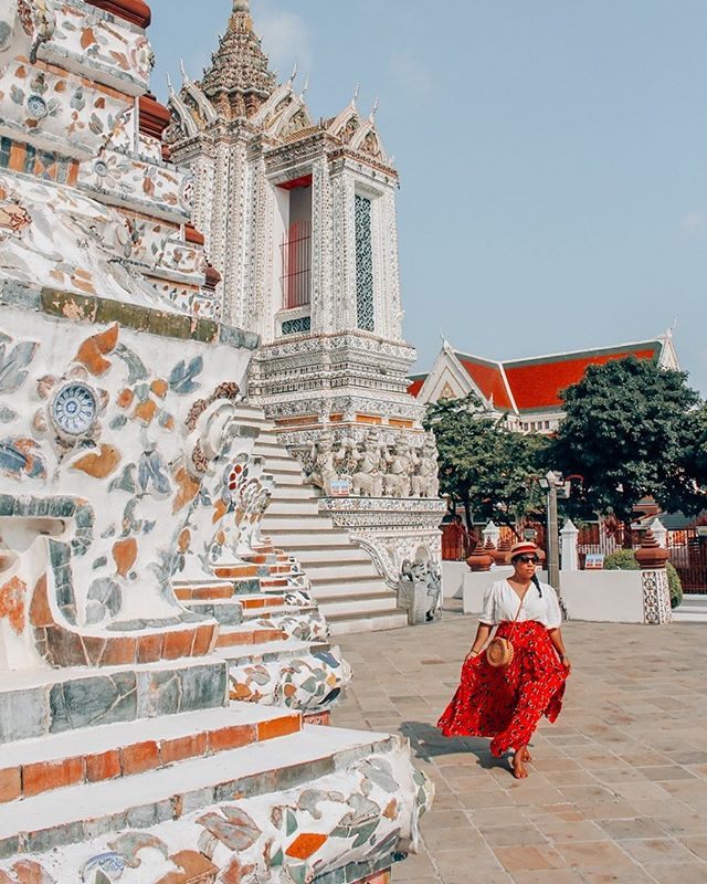 Taking a stroll in one of my favorite temples in Bangkok, the Temple of Damn. ⁠I was enamored by all the details and the beautiful colors throughout this temple!⁠⠀ ::⁠⠀ Have you ever been? ⁠⠀ ::⁠⠀ ::⁠⠀ ⁠Dando un paseo en uno de mis templos favoritos en Bangkok, el Templo de el Amanecer. ¡Estaba enamorada de todos los detalles y los hermosos colores de este templo!⁠⠀ ::⁠⠀ ¿Alguna vez has estado? ⁠⠀ ::⁠⠀ ::⁠⠀ ::⁠⠀ #femmetravel #explorerbabes #neverstopexploring #thetravellingnomads #letsgoeverywhere #speechlessplaces #amazingthailand #bestplacestogo #bangkok #backpackerstory #bestcitybreaks #gltlove #earthpix #bestvacations #viajera #latinaviajera #exploretocreate#thailandinsider #mauryaroundtheworld #templehopping #travelbloggeres #dametraveler #darlingescapes #sheisnotlost #sidewalkerdaily #wearetravelgirls #dominicana #viajadora