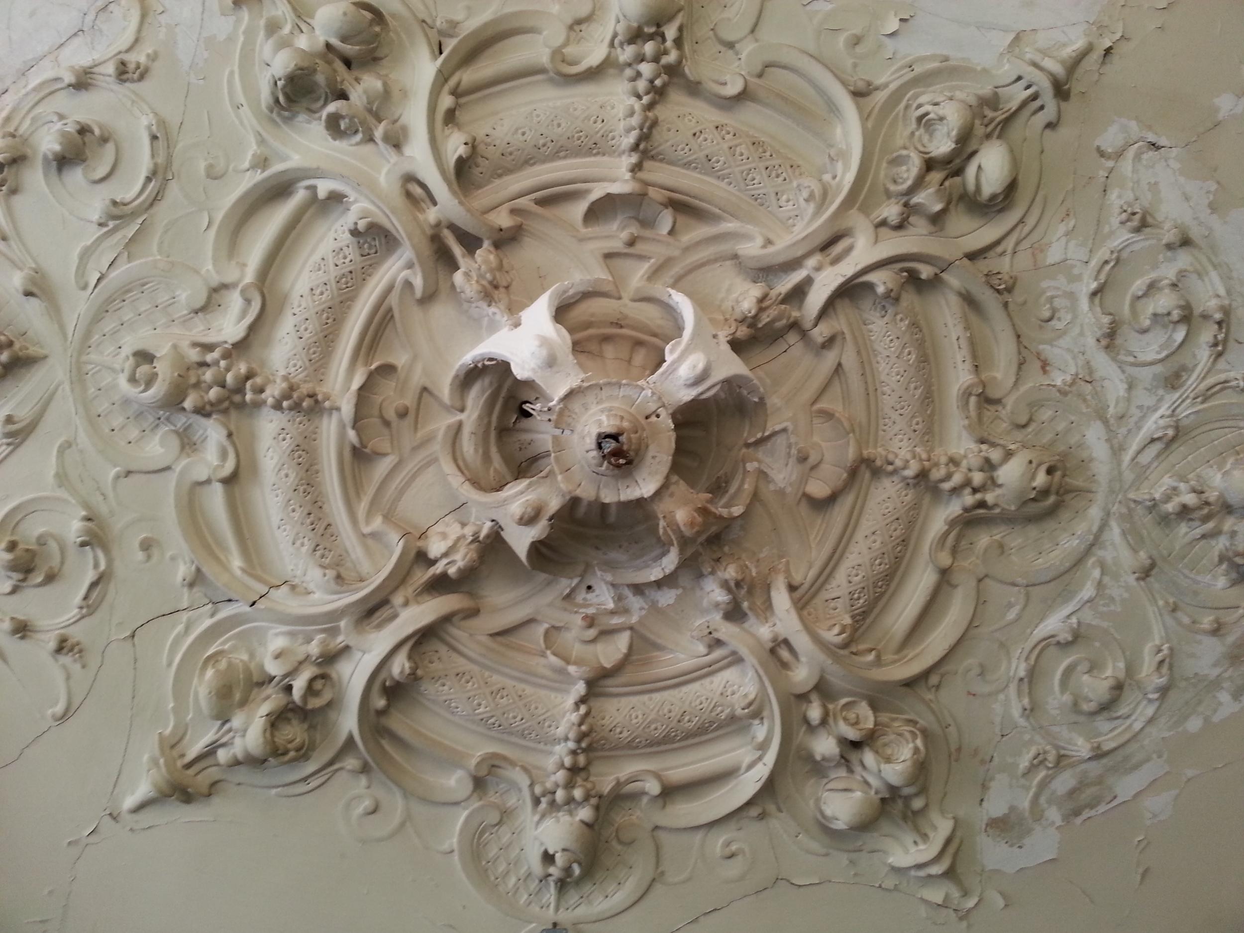 Ornament plafond tijdens restauratie.