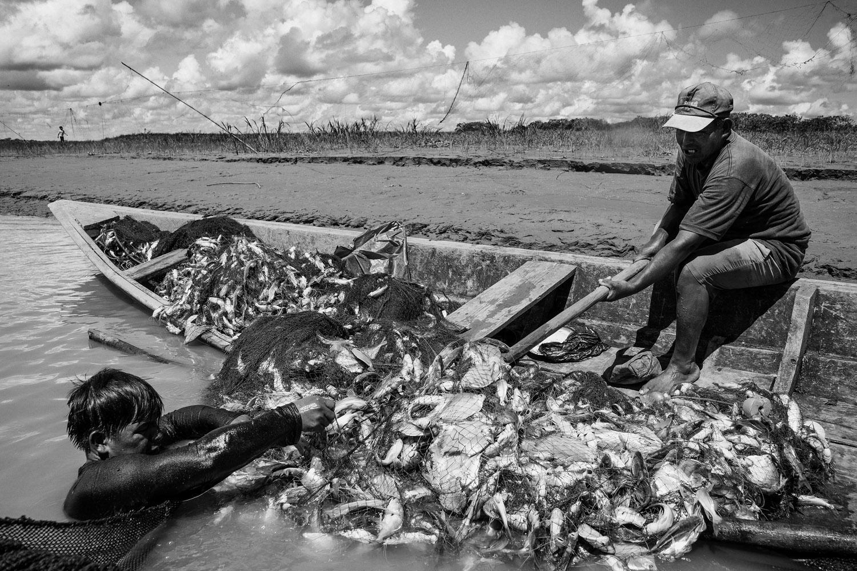 Fishermen at Rio Maranõn, Peru