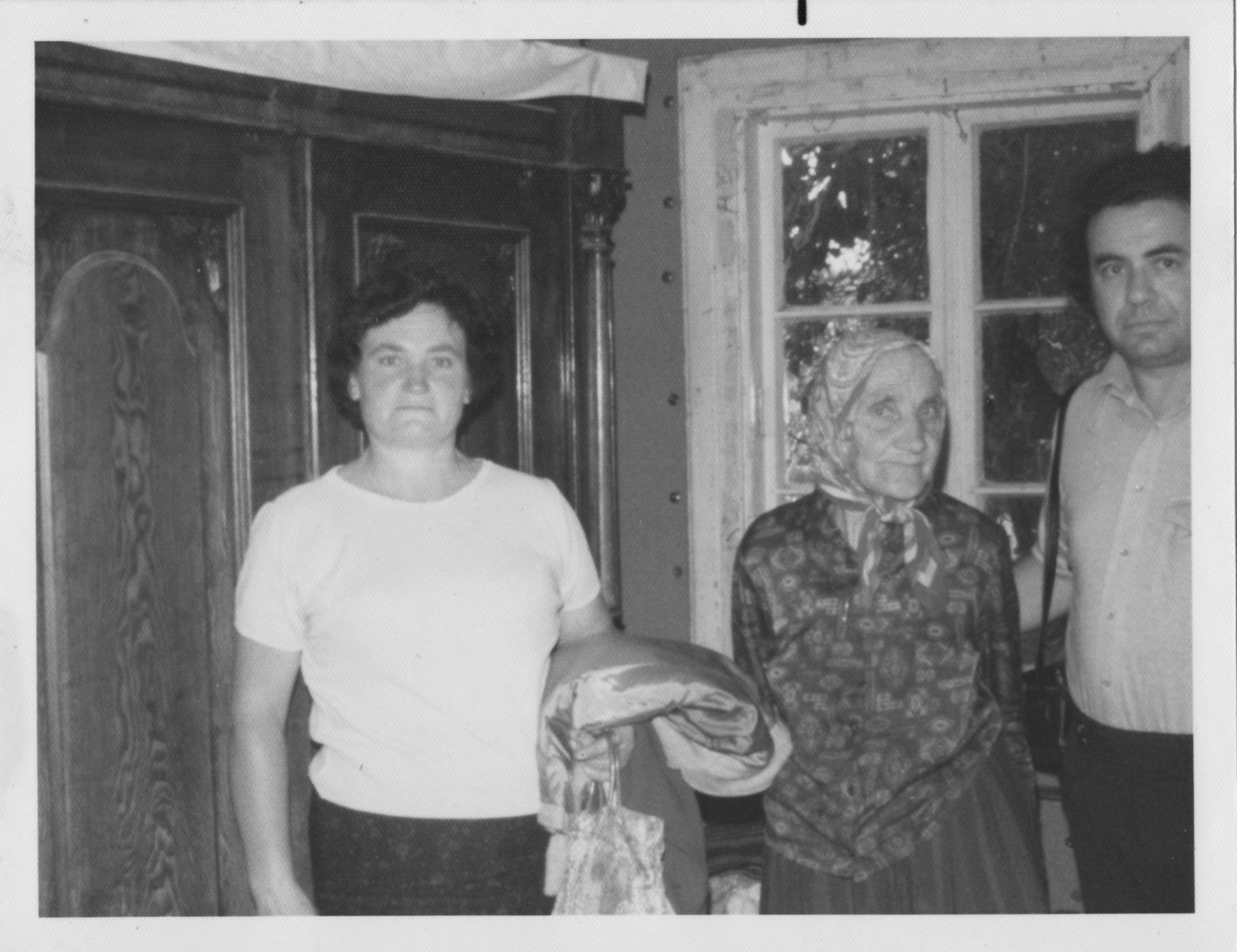 Sal, Mrs Sokol, Pela armoire.jpg