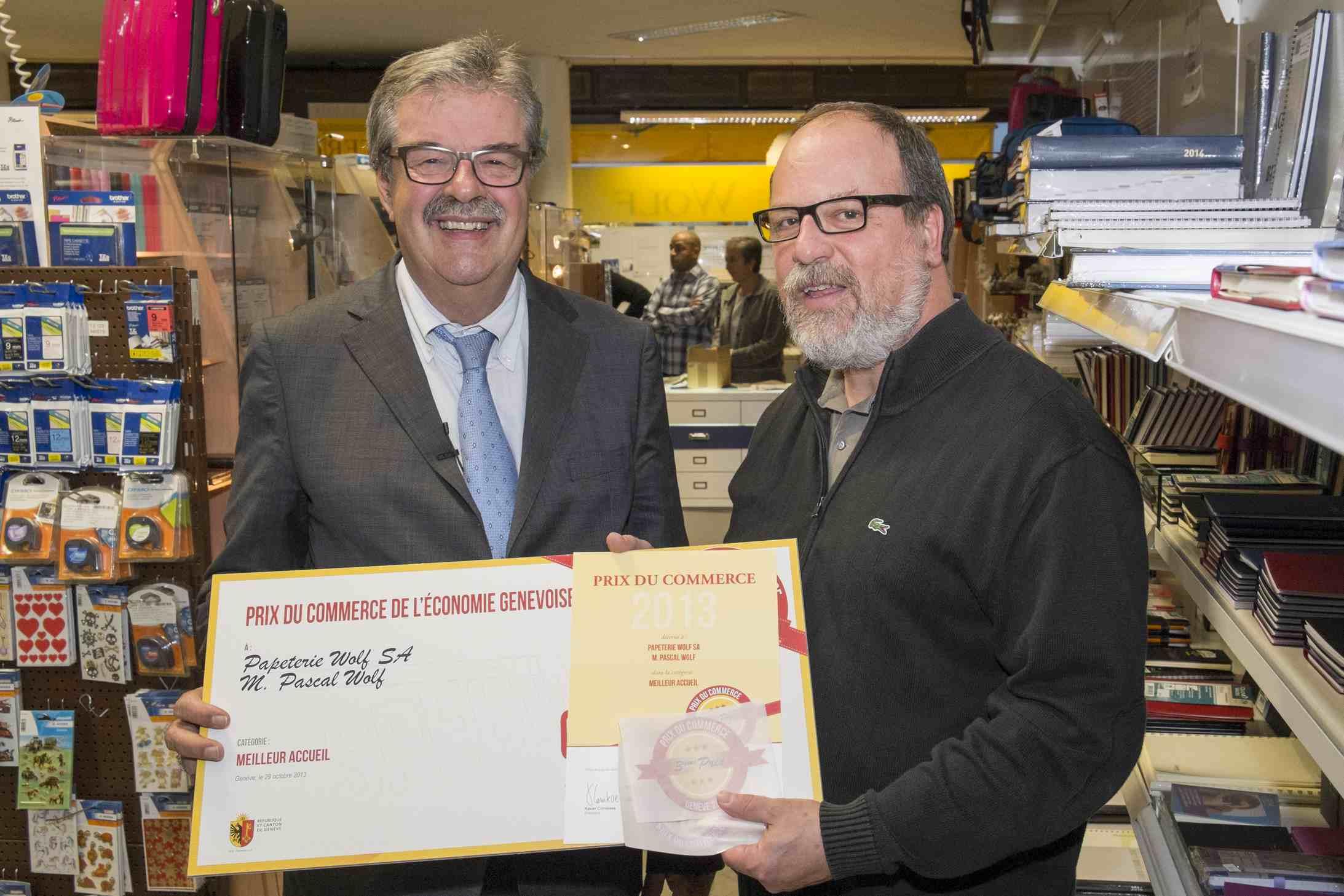 M. Pierre-François Unger, conseiller d'Etat chargé du DARES remet à M. Pascal Wolf, Papeterie Wolf SA, le 3ème prix du meilleur accueil