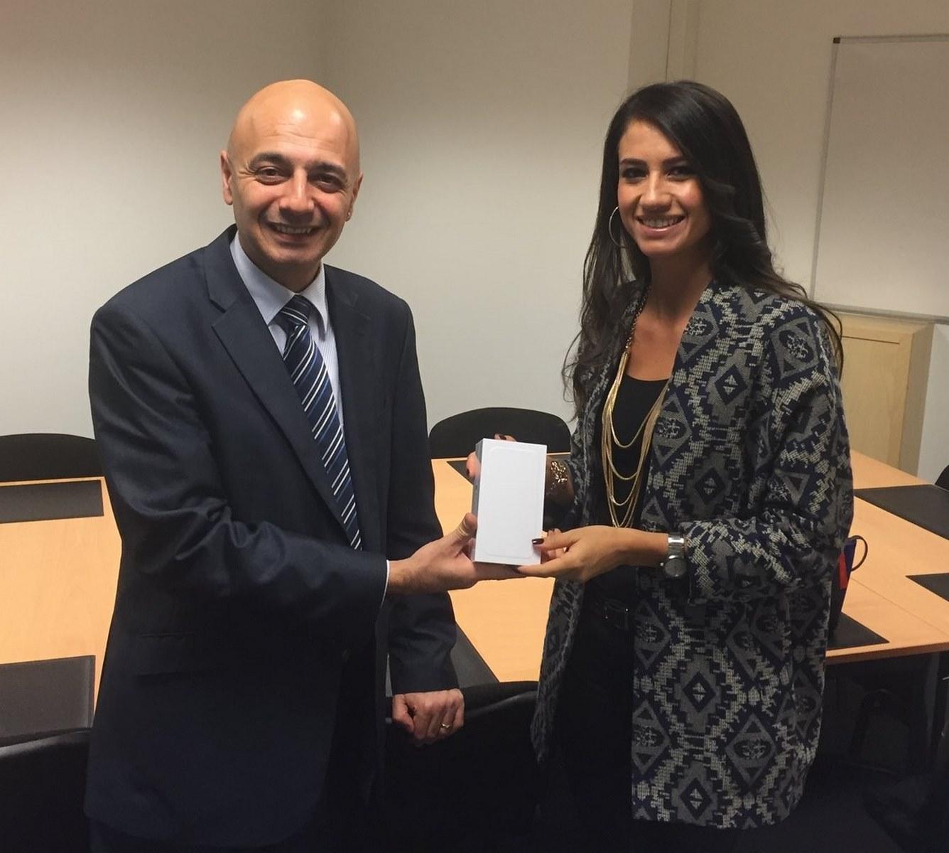 Monsieur Rotto-Balli, membre du Conseil de fondation NODE LPP, remet l'iPhone 6 à Madame Fernanda De Donno, spécialiste RH à la RTS.