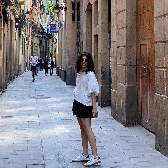 Wandering tiny maze-like streets, having the most wonderful time. Barcelona I'm falling in love with you! . . . . . . . . #olabarcelona #barna #barcelona #eurotrip2019 #familytravel #wander