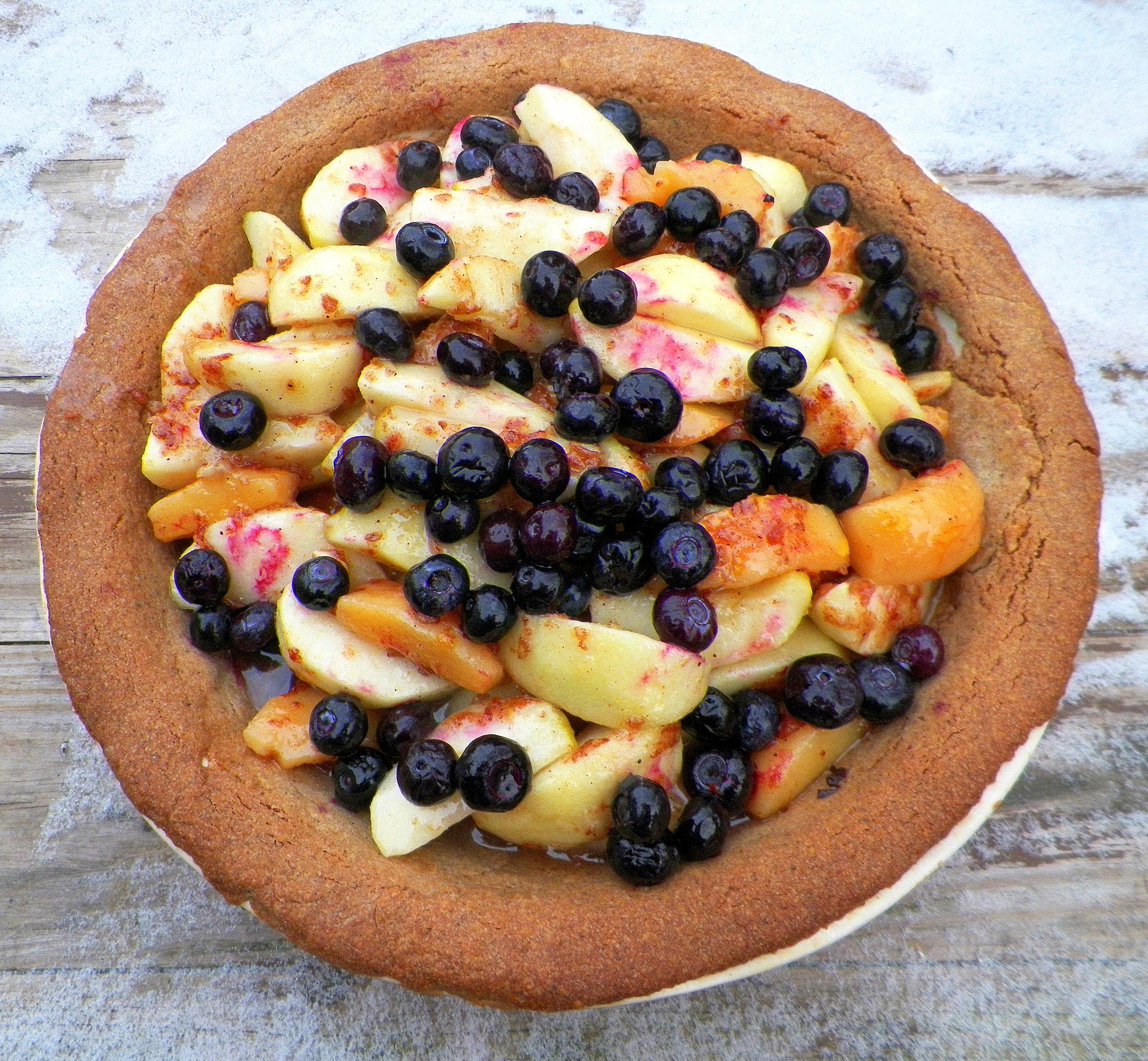apple quince blueberry pie w acorn crust  11-24-13.JPG
