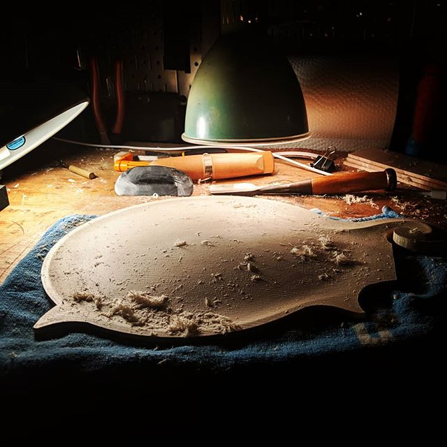 Fussing through some transitions with the most versitile tool in the shop, the lamp! Coming in at a close second, the scraper. #nosandpaper #fmodel #mandolin #luthier #luxo #whatsonyourbench #spruce #oldstandard #lamplight #shadow #handtools #sneeze