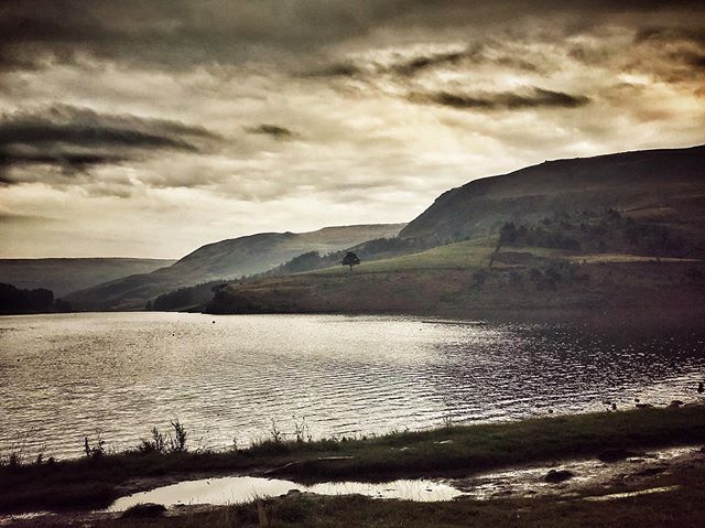 Moody light up at Dove Stone Reservoir this morning. #saddleworth #dovestone #landscapephotography #greenfield @rspb_love_nature @dovestonesreservoir @adventurelumiere