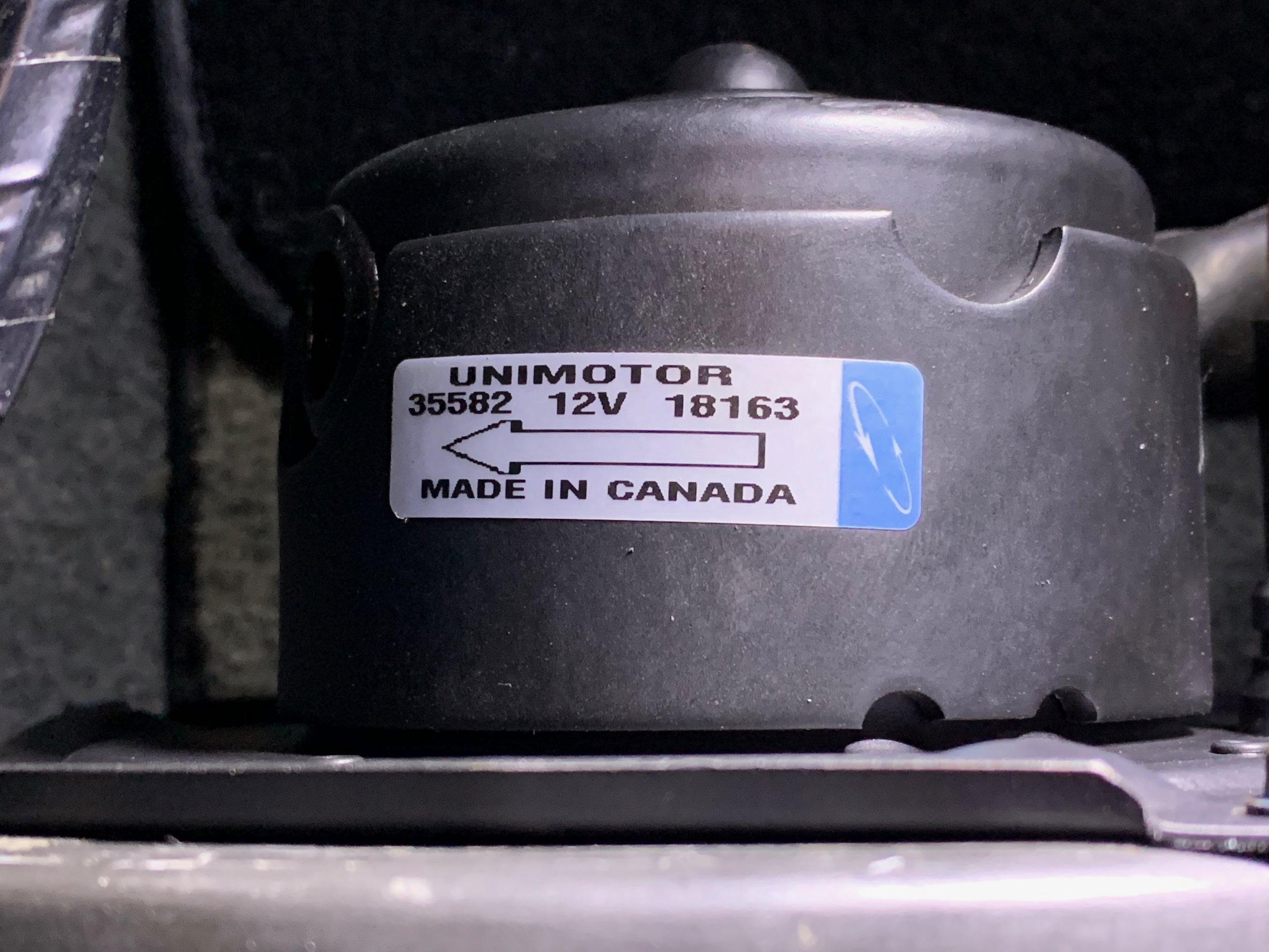 The label of the motor with its model number and an arrow indicating the direction of rotation..