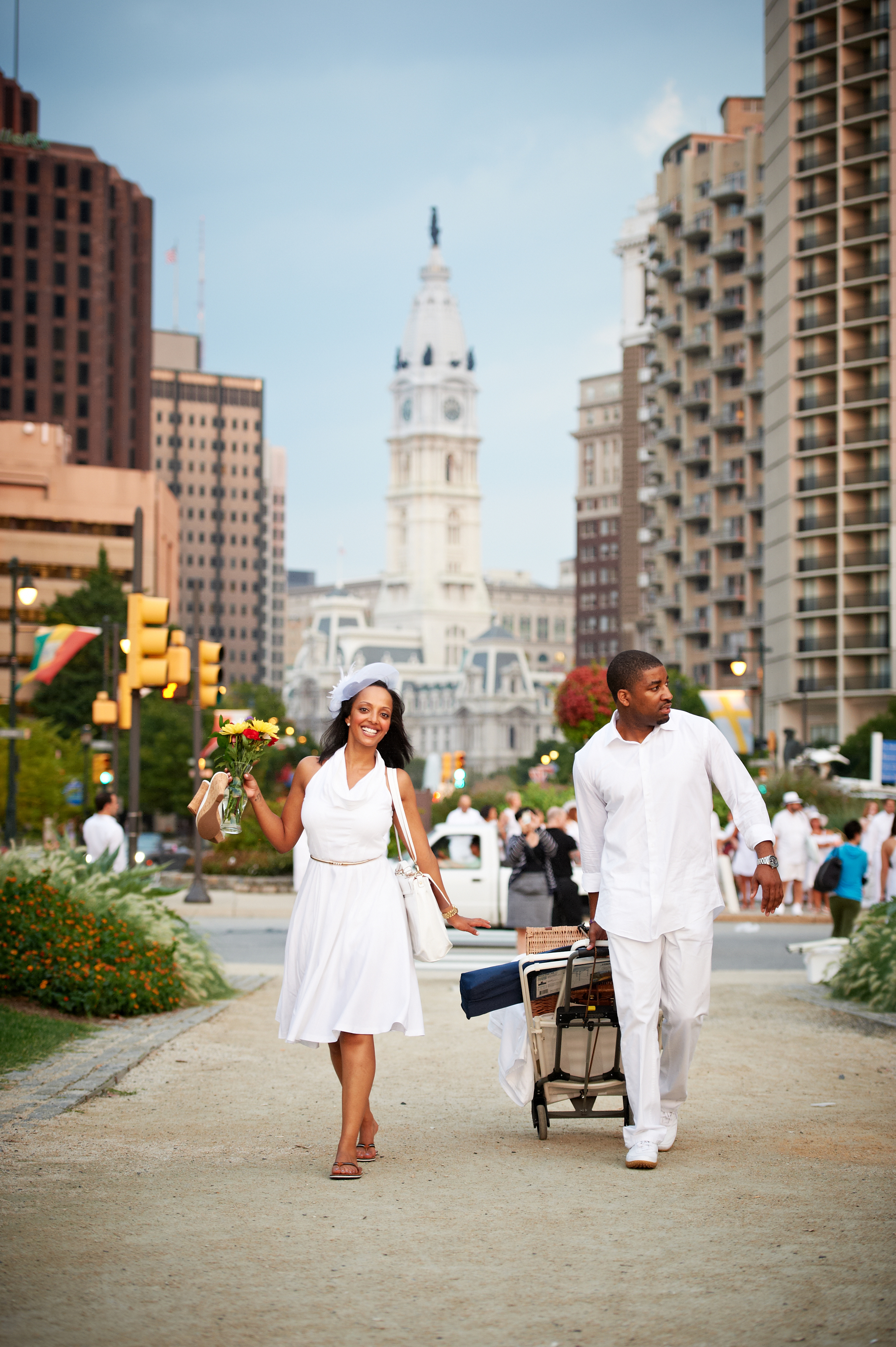 Diner_an_Blanc_Philadelphia_2012_forPRINT_117- walking with city hall in bkgd.jpg