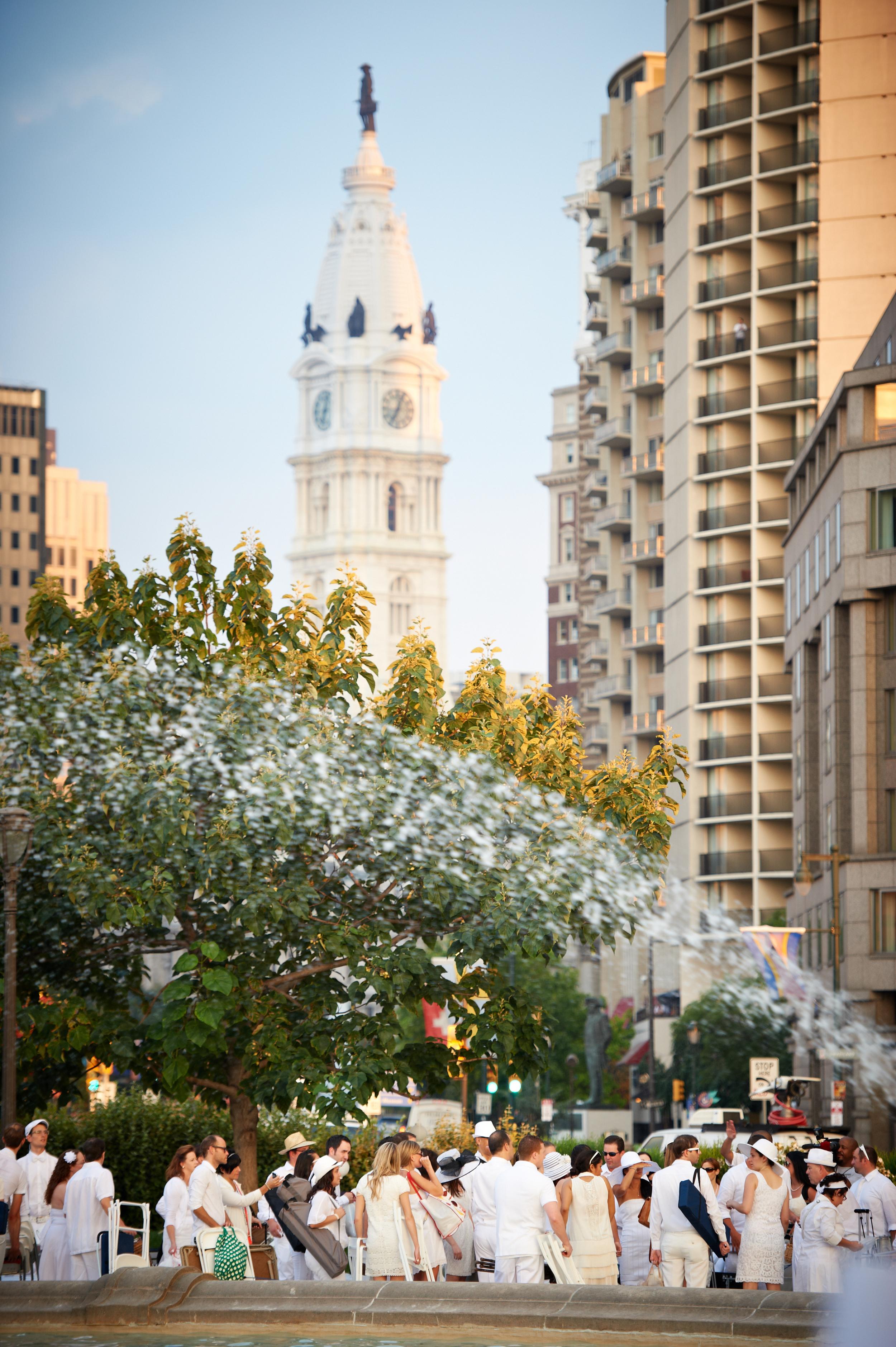 Diner_an_Blanc_Philadelphia_2012_forPRINT_055- city hall line of ppl.jpg