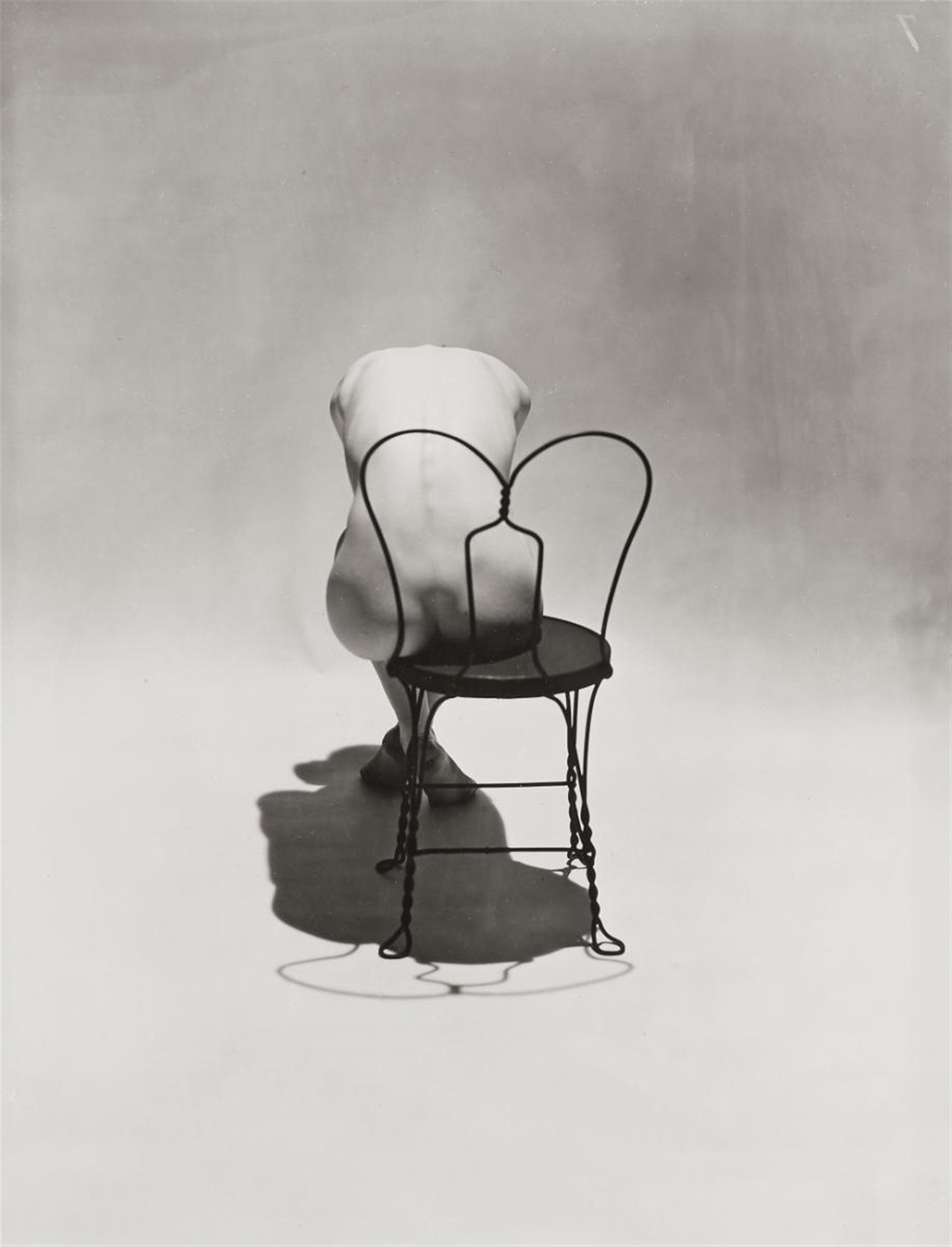 Erwin-Blumenfeld-Nude_on_Coca_Cola_Chair-1944-lesmaileurs.jpg