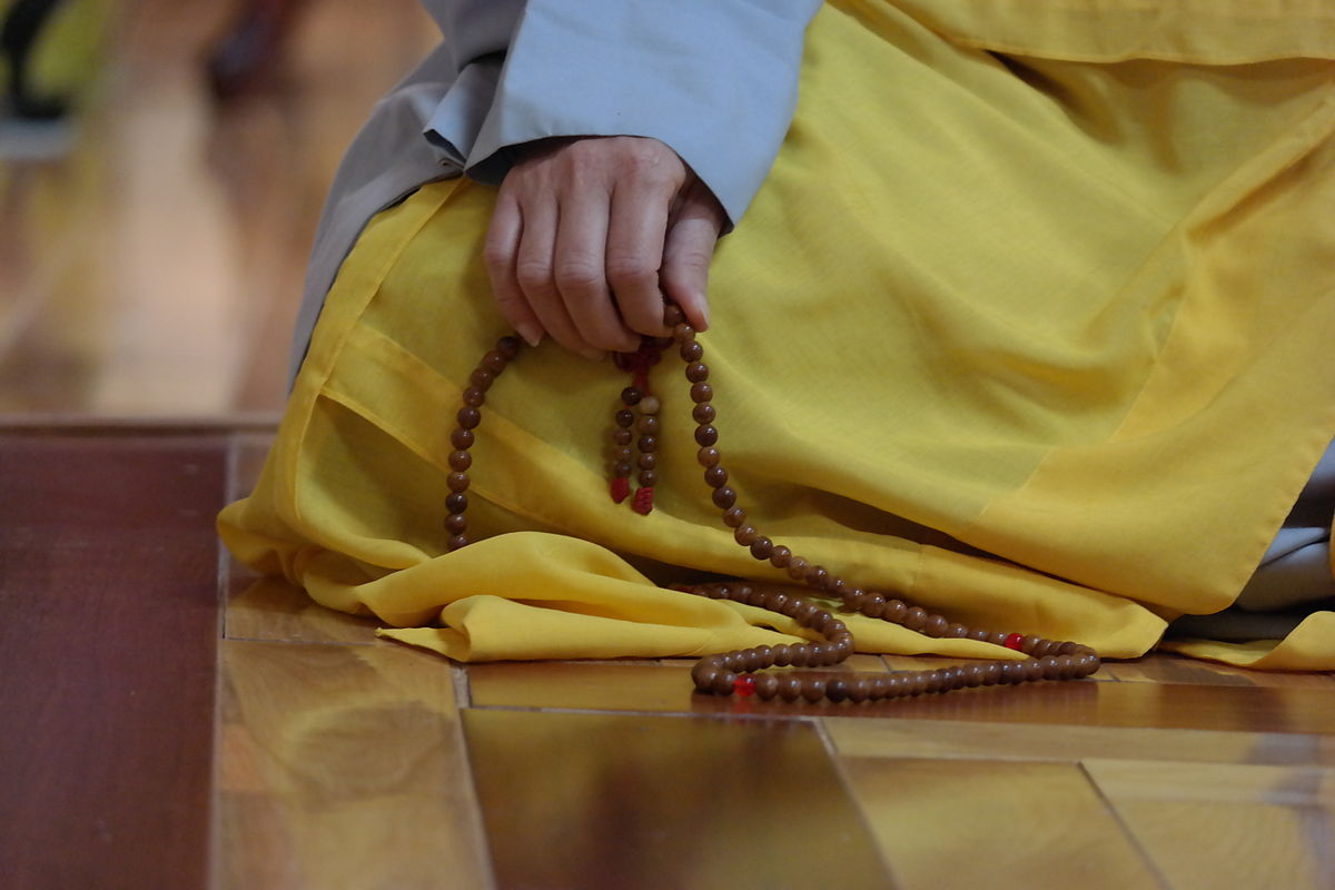 Buddhist_mala_beads_in_nun's_hand.jpg