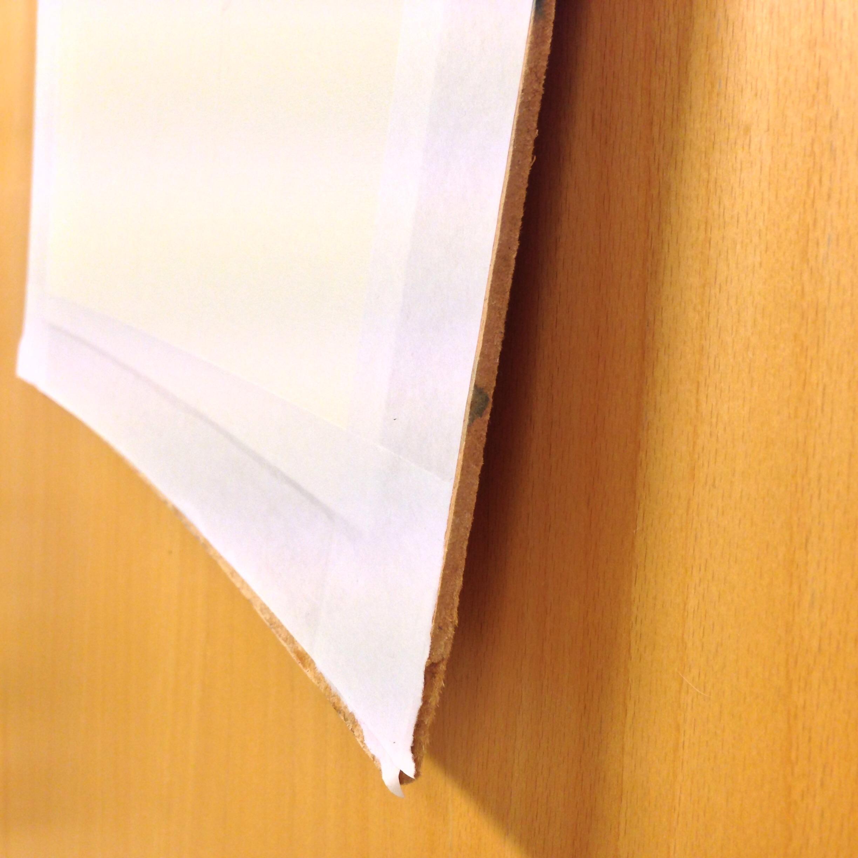 Det här är alltså inte masonitskivan som är böjd, utan pappret som sliter i den.