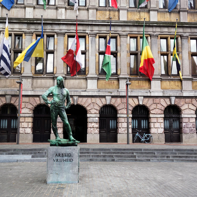 Arbeid Vrisheild statue in Antwerp