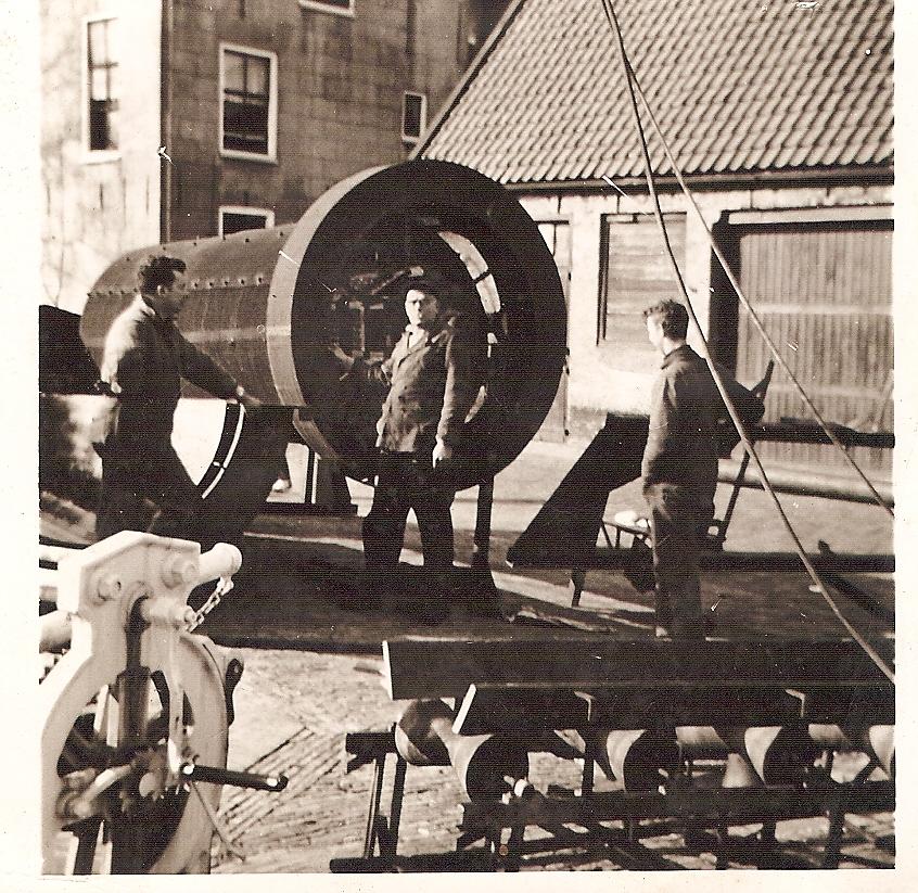 Aan het werk voor de smederij, op de kade in het centrum van Harlingen