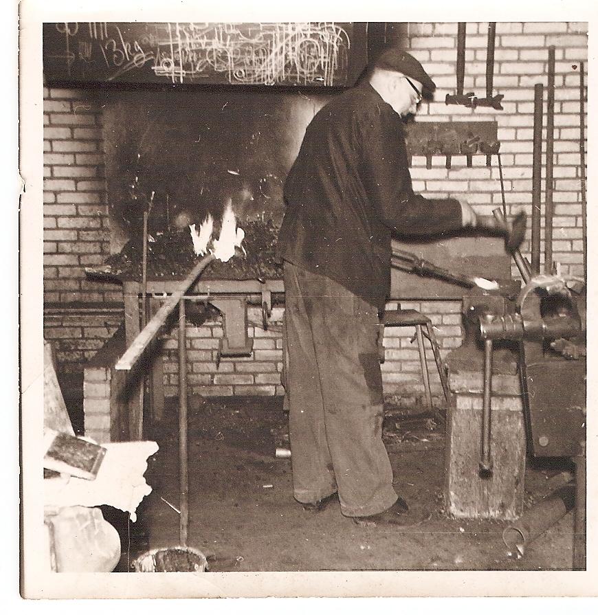 De smederij van vroeger; Opa achter het smidsvuur