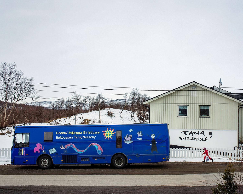 Deanu-Unjárgga girjebusse – Bokbussen Tana-Nesseby  Biblioteknr.: NO-2200091 Sted: Tana, Finnmark Fotografert: 2015  Bokbussen i Tana og Nesseby er en av åtte samiske bokbusser mellom Øst-Finnmark og Sør-Trøndelag. Her er den på sitt månedlige skolebesøk hos Tana Montessoriskole. Årlig tilbakelegger den cirka 30 000 km på en rute med over 80 stopp.