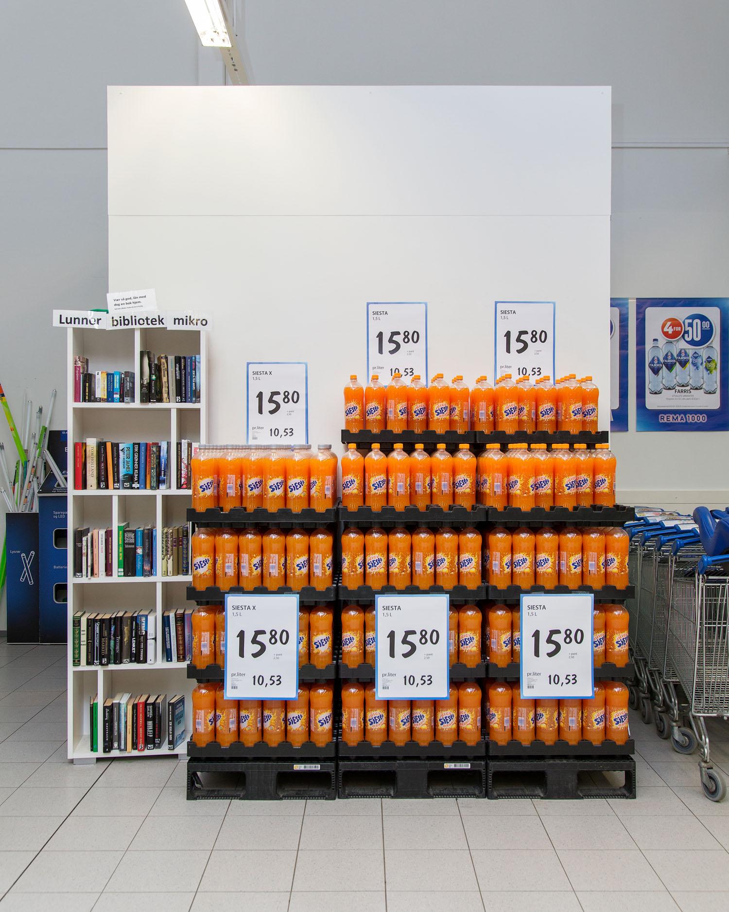 Mikrobiblioteket på Grua Rema 1000   Biblioteknr.: NO-2053300 Lunner, Oppland Fotografert: 2016   I Lunner kommune har de ansatte på biblioteket satt opp et mikrobibliotek på butikken. Bøkene som stilles ut her, er ordinære bøker fra samlingen. Hittil har det ikke vært svinn, selv om utlånet er basert på tillit.