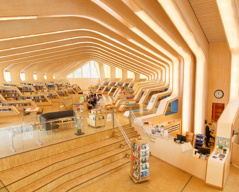 Vennesla bibliotek   Biblioteknr.: NO-2101400  Vennesla, Vest-Agder  Fotografert: 2016  Bygningen, som er tegnet av arkitektene Helen & Hard, sto ferdig i 2011, og blir omtalt som et av verdens vakreste bibliotek.  «Vi har litt blanda følelser rundt det å ha et så kjent bibliotek. Det er moro, men samtidig er det enkelte bibliotekfolk som blir litt sure på oss. Også har vi jo vårt å stri med, med få ressurser til innkjøp og til ansatte, så det blir et litt falskt bilde», forteller biblioteksjef Anne Kjersti Bentsen.