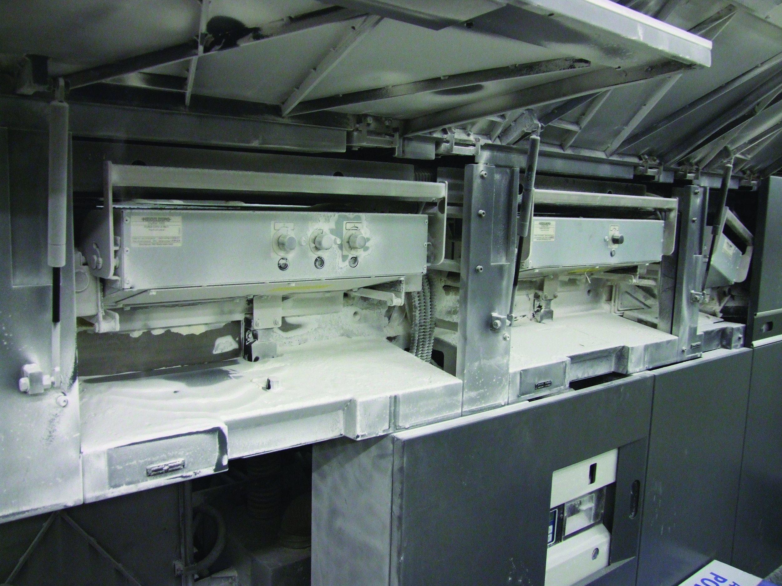 Soon to be history – build up of spray powder in the Opal Print Heidelberg CD74 5LX swan neck.