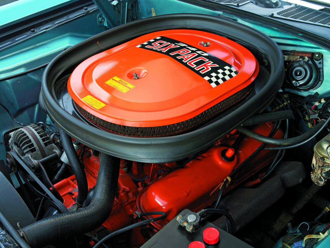 Dodge Challenger T-A 1970 engine.jpg