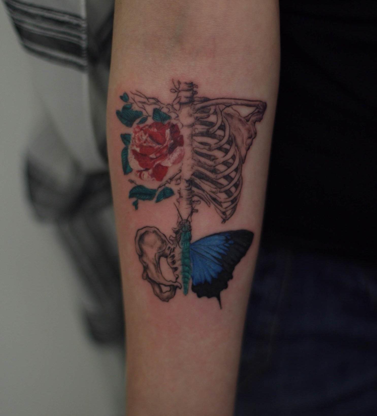 skeleton_tattoo_rose_blue_batterfly_realistic_single_needle_shading_hatching.JPG