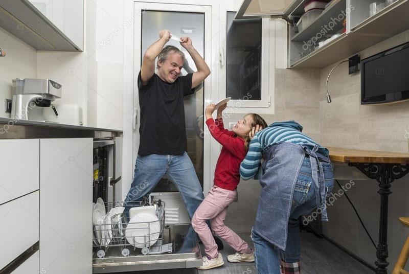 """Das Bild heisst """"Familie Entleerung der Spülmaschine"""".     So eine Spülmaschinen-Entleerung macht aber auch Spaß. Hihi."""
