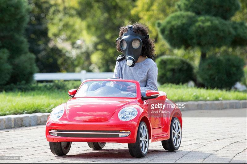 """""""Hey, lasst uns ein viel zu großes Kind in eine kleines Spielzeugauto setzen!""""    """"Laaaangweilig.     """"Ok, dann holt noch die Gasmaske!"""""""