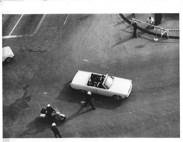 Photo 68- SS and FBI Completing turn onto Elm Street.jpg