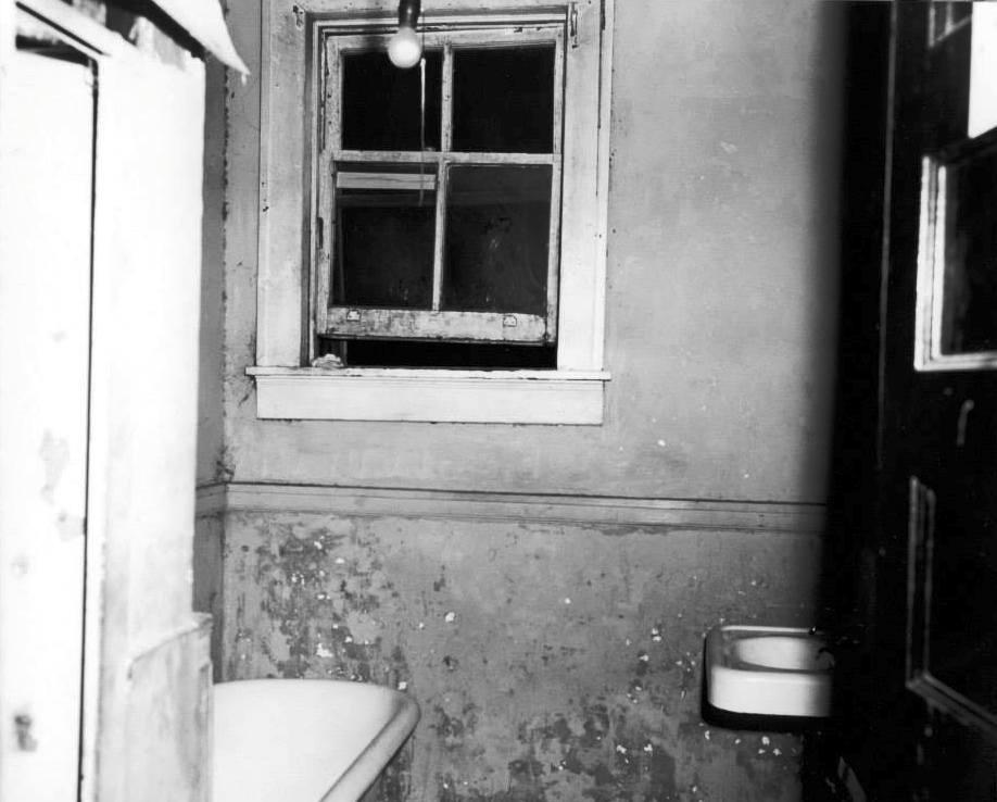 Photo 21- Bathroom Window.jpg