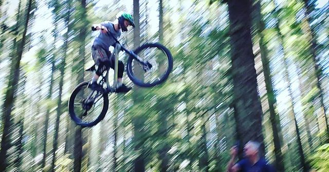 One of our groms likes gettin up in them trees. #alkirubiconracing #greggscycles #jlvelo #rudyproject @greggscycle @jlvelo