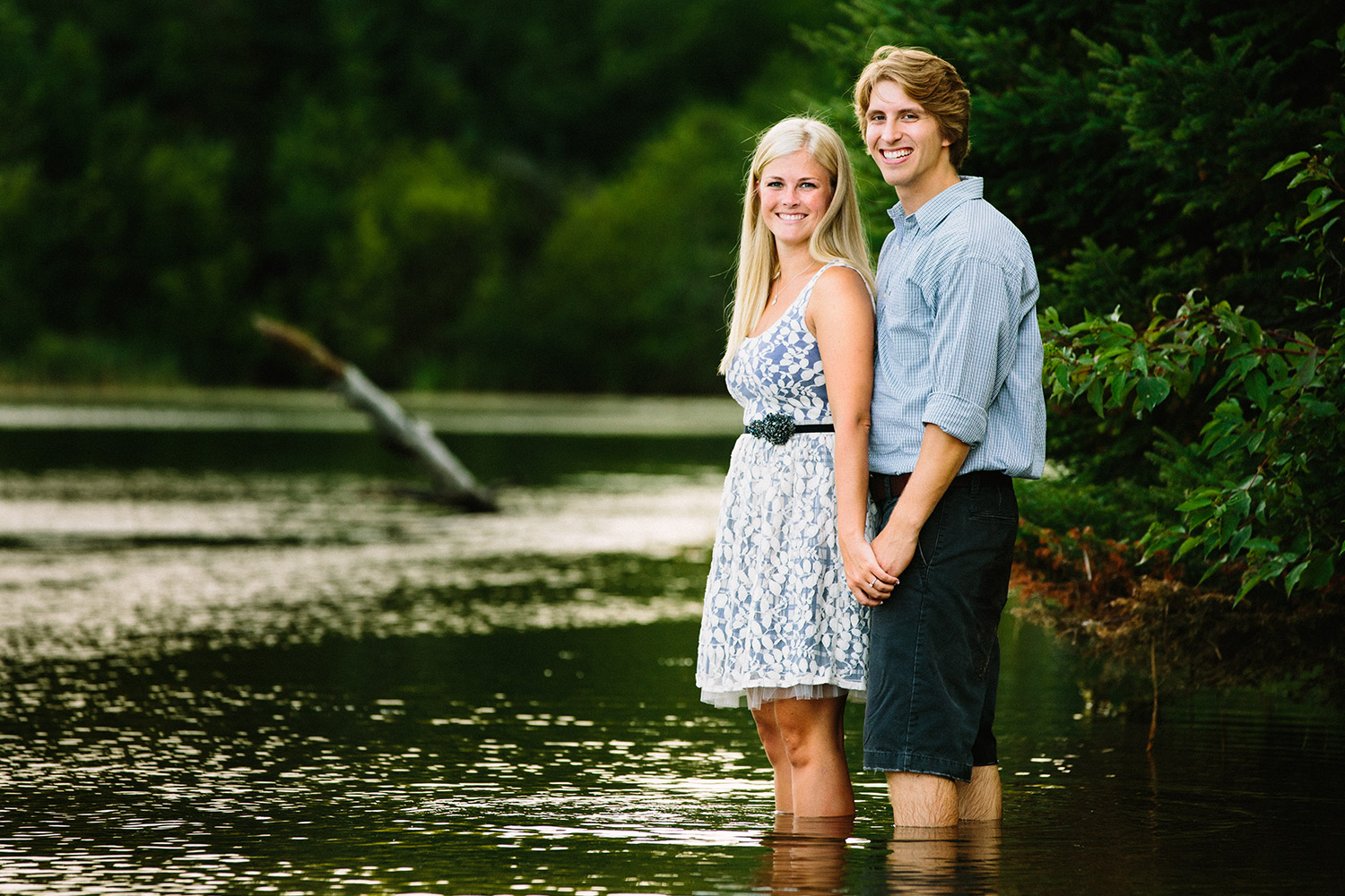 06-minnesota-lake-home-engagement-session-crosslake.jpg