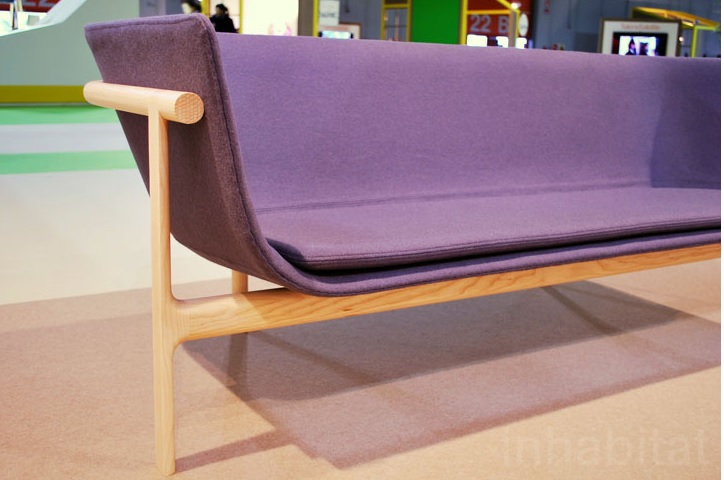 (imagem fonte: http://www.flickr.com/photos/inhabitat/8636033072/lightbox acessado em 05/05/13)  Sofá do designerportuguêsRui Alves.